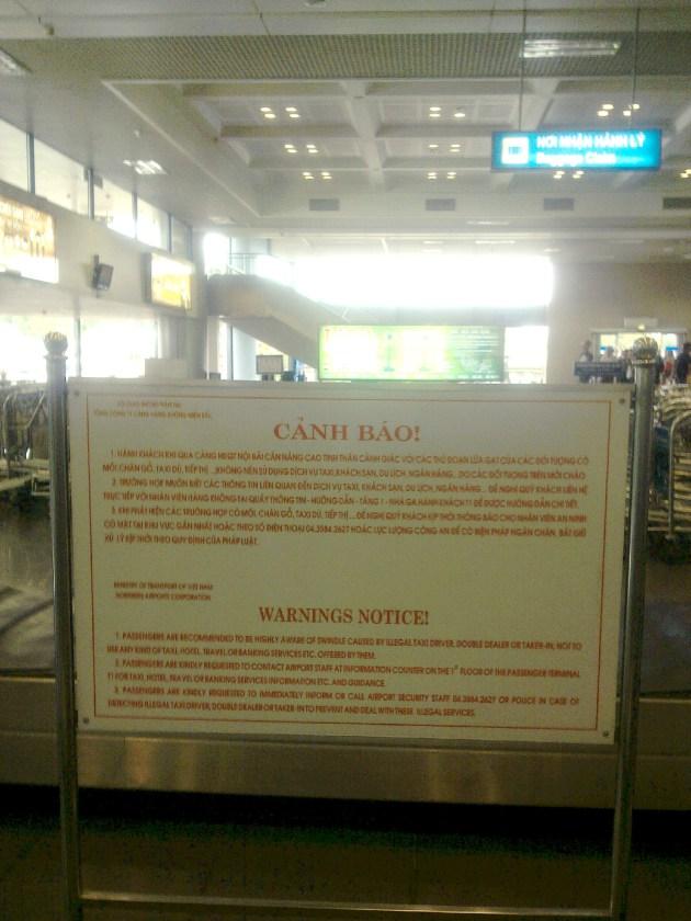 """Bảng cảnh báo hành khách về các đối tượng """"cò mồi, tắc xi dù, chân gỗ, tiếp thị"""" tại Sân bay Nội Bài"""