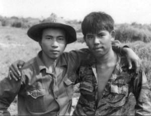 """""""Hai người lính"""" tại vùng giáp ranh hai phía thuộc Quảng Trị năm 1973 - Ảnh: Chu Chí Thành"""