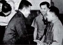 """Trong chuyến thăm Trung Quốc, Pol Pot (bên trái) đã nhận được sự ủng hộ của Đặng Tiểu Bình cho sự  """"thành công"""" của """"Kampuchea Dân chủ"""" trong (việc xây dựng) một thiết chế xã hội """"phi giai cấp"""" và trong cuộc chiến chống lại Việt Nam. Ảnh lưu hành chính thức của Trung Quốc (không ghi thời điểm chụp)."""