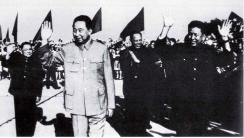 Bức ảnh này chụp buổi lễ tiễn Pol Pot tại Bắc Kinh ngày 22 tháng 10 năm 1977-  là hình ảnh cuối cùng của Pol Pot khi ông ta đang nắm quyền trước khi bị đẩy vào các khu rừng nhiệt đới hơn hai năm sau đó vào ngày 07 tháng 1 năm 1979. Với hình ảnh Pol Pot mỉm cười vẫy tay ở phía trước, Đặng Tiểu Bình ở bên trái và Hoa Quốc Phong ở phía trước. Giữa Hoa và Pol Pot là Ieng Sary, Bộ trưởng ngoại giao và cũng là em (anh) rể của ông ta . Trong khi Việt Nam chú thích bức ảnh này này như là chuyển thăm của Pol Pot tới  Bắc Kinh, Đặng Tiểu Bình đã vắng mặt trong ngày tổ chức lễ  đón Pol Pot. Việt Nam đã sử dụng bức ảnh chính thức này của Trung Quốc vào mục đích tuyên truyền để chứng minh sự thông đồng giữa Khmer Đỏ và Bắc Kinh.