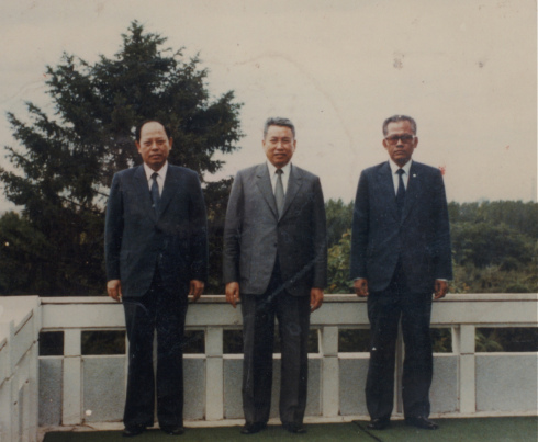 Ieng Sary, Pol Pot, và Son Sen (trái sang phải) cùng nhau tại Bình Nhưỡng. Bức ảnh không đề ngày này đã được các nhà báo thu thập được sau một cuộc tấn công (của Việt Nam) vào các căn cứ của Khmer Đỏ.