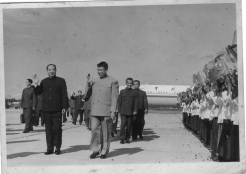 Pol Pot, bên trái phía trước, đi với phái đoàn Trung Quốc do Uông Đông Hưng (phía trước, bên phải) trong chuyến thăm của phái đoàn này đến Kampuchea Dân chủ vào ngày 05 Tháng Mười Một 1978. Khieu Samphan và Noun Chea đi theo phía sau. Trong chuyến thăm này, diễn ra hai tháng trước khi những người này chạy trốn xe tăng Việt Nam để vào rừng, Pol Pot được cho là đã yêu cầu viện trợ quân sự khẩn cấp từ Trung Quốc, nhưng yêu cầu này đã bị từ chối.