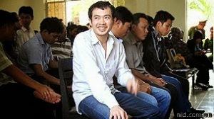 Một bị cáo tươi cười trong phiên xử vụ án ông Ngô Thanh Kiều bị công an Phú Yên đánh chế