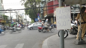 """Biển báo giá """"chỉ đường"""" tại TP Hồ Chí Minh (Ảnh: Tuổi Trẻ Online"""