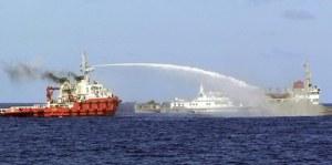 Tầu Trung Quốc tấn công tầu VN. Ảnh: CS Biển VN