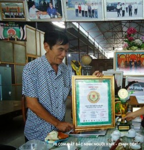 """Ảnh chụp ông Nguyễn Thành Hưng vào thời điểm được vinh danh là """"Nhân tố mới thời đại Hồ Chí Minh"""". (Hình: Báo Bắc Ninh)"""