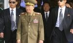 Ông Hwang Pyong So (thứ hai từ trái sang) đến sân bay Incheon sáng nay. Ảnh: AP