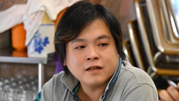Jover Chew chủ cửa hàng Mobile Air ở Sim Lim Square đã cố thủ trong nhà để tránh dư luận sau vụ việc lừa du khách Việt Nam.