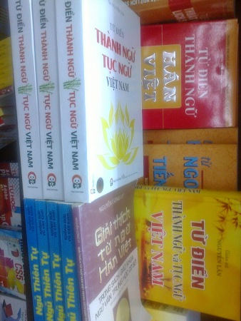Hai bản inTừ điển (bìa trắng+vàng) của GS Nguyễn Lân mới tái bản (2014)