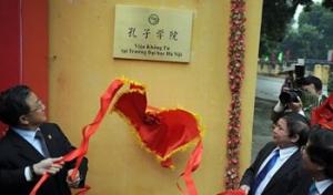 Biển hiệu của Viện Khổng Tử vi phạm Nghị định của Chính phủ (Ảnh: Báo Người cao tuổi)
