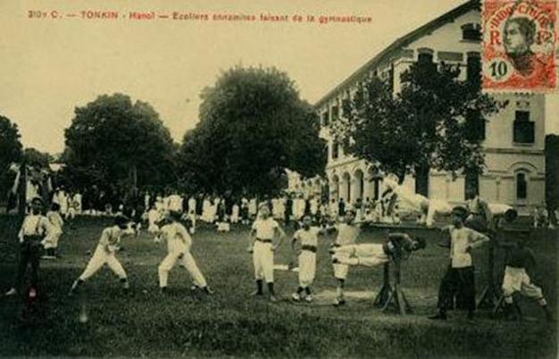 Một cảnh sinh hoạt tại Trường Bưởi ngày xưa, nay là Trường Chu Văn An, Hà Nội