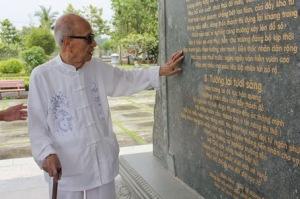 GS Vũ Khiêu đọc Văn bia do chính mình biên soạn tại Văn Miếu Trấn Biên-Ảnh: Báo Đồng Nai