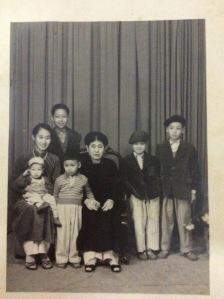 """Bà Ngoại chụp cùng Mẹ tôi và các cháu đẹp như """"ngộc"""" của Bà (Ảnh chụp khoảng 1954)"""