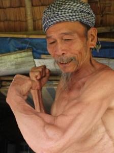 Anh hùng Nguyễn Van Bảy: Lốp của tau  vẫn còn căng chứ mầy! (Ảnh: Dân Việt)