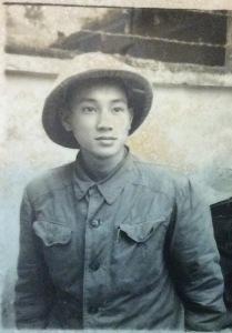 Chú Hà Văn Hằng trong bộ quân phục bộ đội Việt Minh với đặc trưng là chiếc mũ lưới