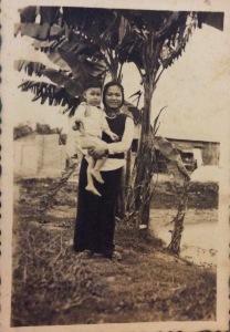Dì Thành năm 1954 (đang bế người anh thứ tư của tác giả bài viết này)