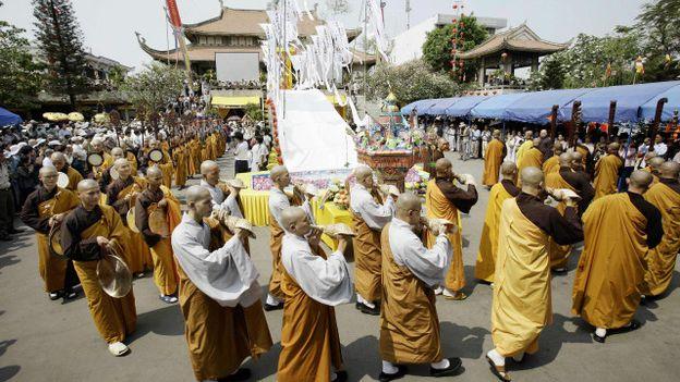 Tác giả cho rằng có chuyện niềm tin tôn giáo, tín ngưỡng 'hời hợt, hình thức bề ngoài' trong cộng đồng ở Việt Nam.