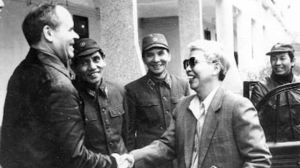 Ông Trần Quang Cơ trong một cuộc tiếp xúc với chuyên gia Liên Xô (ảnh của báo Quân đội Nhân dân)