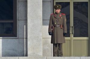 Một binh sĩ Triều Tiên đứng gác tại phía bắc của ngôi làng đình chiến của Panmunjon trong khu phi quân sự phân chia hai miền Triều Tiên vào ngày 4 tháng 2. Một cuộc thăm dò gần đây của Bắc Hàn cho thấy có rất nhiều quan tâm trong việc thống nhất của Bắc và Nam Triều Tiên. (NJUNG Yeon-JE / AFP / Getty Images)