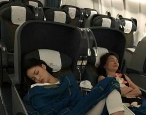 Một phần bức ảnh bị phát tán về dáng ngủ trên máy bay của Hoa hậu Kỳ Duyên gây tranh luận ồn ào - Ảnh: Facebook