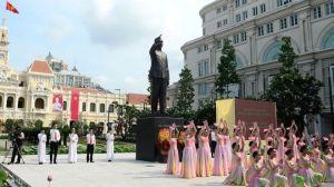 Tượng Chủ tịch Hồ Chí Minh đã được chính quyền dựng nhiều nơi ở Việt Nam