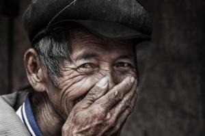 Nét duyên trong nụ cười của những người già - Ảnh: Réhahn (nhiếp ảnh gia Pháp chụp tại Việt Nam)
