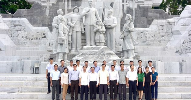 """""""Bác Hồ với nhân dân các dân tộc tỉnh Tuyên Quang"""" . Anh: Báo Tuyên Quang"""