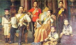 Hình: Vua Chulalongkorn và gia đình, ăn vận theo thời trang thời kỳ Victoria. Nguồn: Wikipedia.