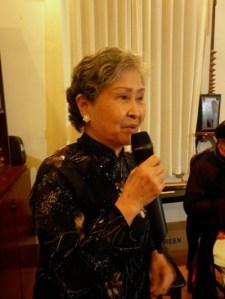 NSƯT Trần Thị Tuyết ngâm thơ tại nhà giáo sư Trần Văn Khê (Ảnh: Internet)