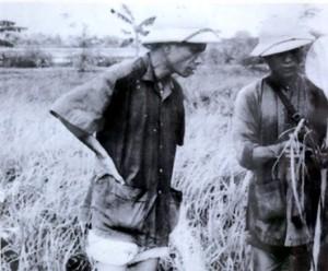 Ông Kim Ngọc (trái) - Bí thư Tỉnh ủy Vĩnh Phúc, người tìm cách thử nghiệm chính sách khoán nông nghiệp