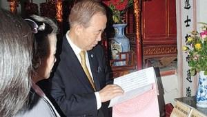 Ngài Ban Ki-moon đang xem gia phả dòng họ Phan Huy. Ảnh: P.V
