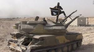 Một chiến binh IS phất cờ trên xe tăng (Ảnh: Mạng xã hội/ CNN)