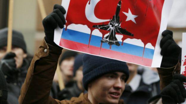Người Nga biểu tình trước Đại sứ quán Thổ Nhĩ Kỳ ở Moscow