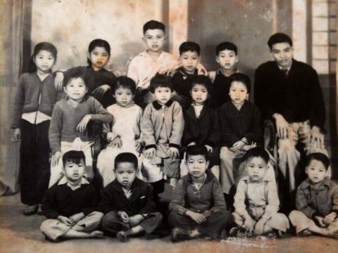 Chú Nghĩa chụp cùng các cháu năm 1952 tại Hải Phòng