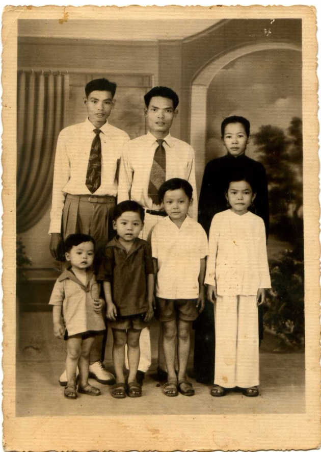 Chú Nghĩa với gia đình một người chị họ tại Sài Gòn (khoẳng 1955 - 1956)
