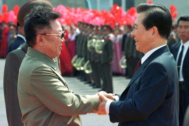 Tổng thống Hàn Quốc Kim Dae Jung (phải) nắm tay thân mật lãnh đạo Triều Tiên Kim Jong Il trong chuyến thăm Bình Nhưỡng tháng 6/2000.