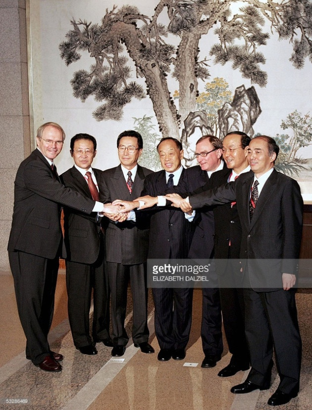 Đại diện các quốc gia tham dự Đàm phán 6 bên chụp ảnh tại nhà khách Điếu Ngư Đài, Bắc Kinh ngày 26/7/2005. Ảnh: Getty Images