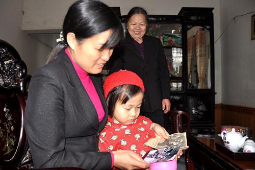 Chị Hoàng Thị Thu Hiền (bìa trái) nay đã 40 tuổi, nhìn lại hình ảnh mình của 37 năm về trước