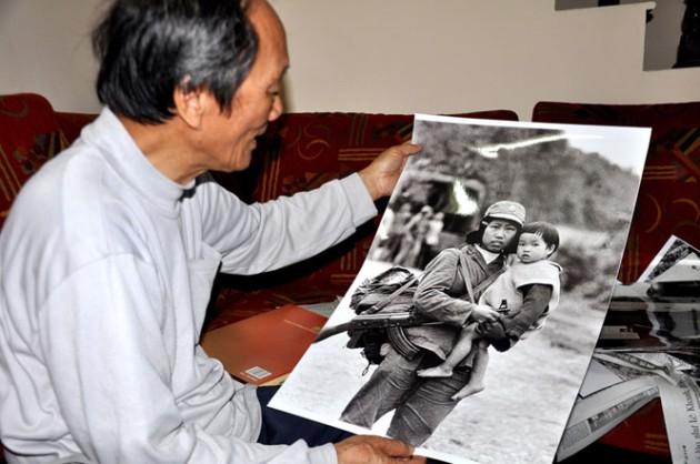 Nghệ sĩ nhiếp ảnh Mạnh Thường bên tấm hình ông đã chụp 37 năm trước - Ảnh: M.T.H