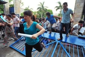 Phụ huynh chen lấn xô đẩy nhau để mua hồ sơ vào trường cho con (Ảnh: Internet)