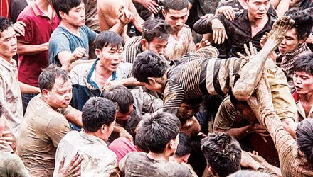 Thanh niên tranh nhau cướp phết tại Lễ hội cướp phết ở Tam Nông (Ảnh: Internet)