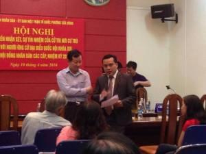 Ảnh: Ông Việt (comple) tiếp xúc với Ban tổ chức Hội nghị trước khi bắt đầu.