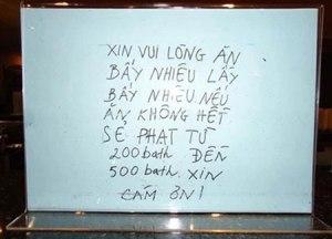 Biển tiếng Việt cảnh báo việc lấy thức ăn thừa ở một nhà hàng buffet Thái Lan