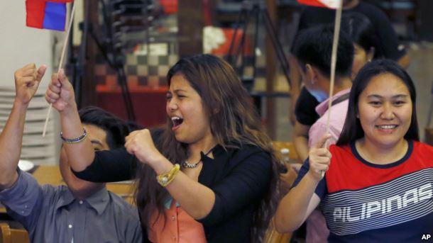 Người Philippines ăn mừng phán quyết của Tòa Trọng tài ở Manila hôm 12/7.