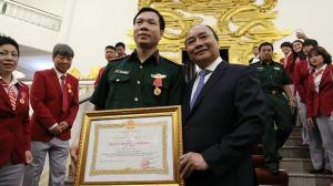Thủ tướng đã gắn huân chương Lao động hạng nhất lên quân phục cho xạ thủ lừng danh.và xạ thủ Hoàng Xuân Vinh Ảnh: Lê Anh Dũng