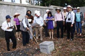 Nhà nghiên cứu Nguyễn Đắc Xuân (thứ ba từ trái sang) giới thiệu một hiện vật đã phát lộ trong khu vực cồn Bông Sứ gần chùa Thuyền Lâm - Ảnh: Minh Tự