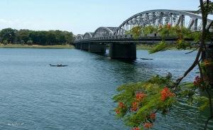 Cầu Tràng Tiền qua Sông Hương (Ảnh: Internet)