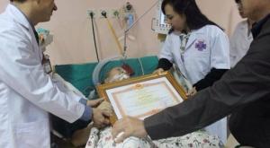 Bộ trưởng Y tế Nguyễn Thị Kim Tiến tới thăm và trao bằng khen cho bác sĩ Nguyễn Quốc Bảo