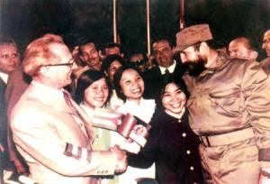 Chủ tịch Erich Honecker và Chủ tịch Fidel Castro với lưu học sinh Việt Nam tại thành phố Hable (Đức) năm 1971