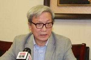 Học giả Trương Bác Thụ trả lời phỏng vấn tạp chí Minh Kính, ảnh: Wikipedia.